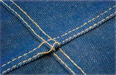 Points sautés sur couture de jeans